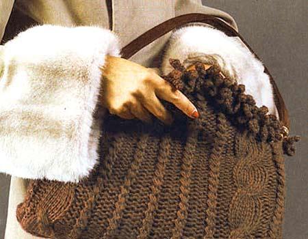 Вязаная сумка спицами с узором из кос.