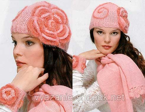 Вязаная шапка с цветами
