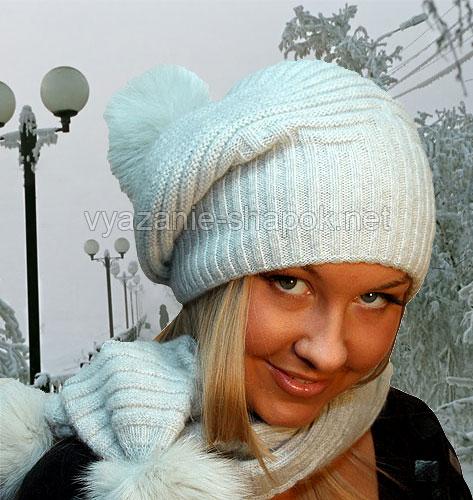 Белая зимняя шапочка спицами с помпоном