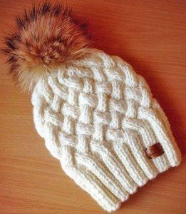 Зимняя шапочка спицами с узором Плетенка